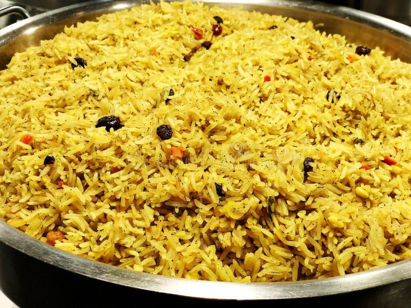 Un piatto indiano variopinto del riso fatto dalle spezie e dagli ortaggi freschi dei riso basmati fotografie stock libere da diritti