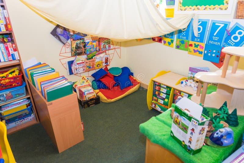 Un piccolo angolo della lettura della scuola materna immagine stock libera da diritti