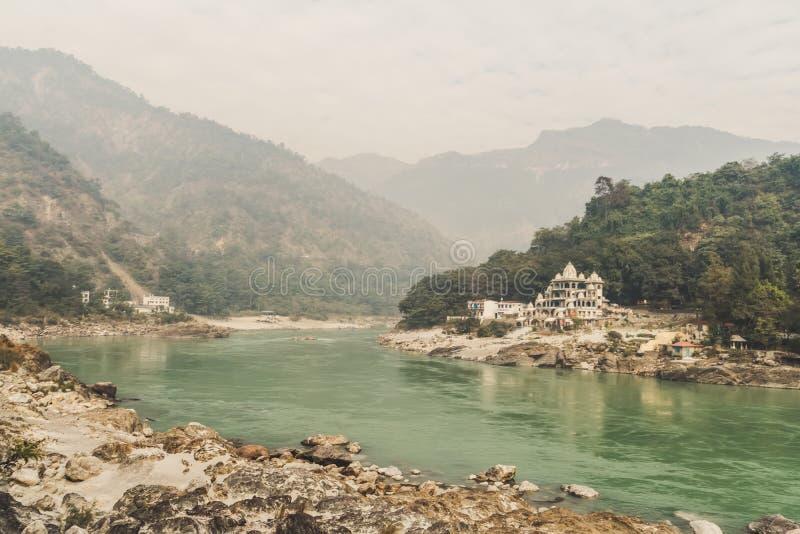 Un piccolo ashram antico sulla Banca del Gange nelle montagne dell'Himalaya Posto indiano sacro - Rishikesh fotografie stock