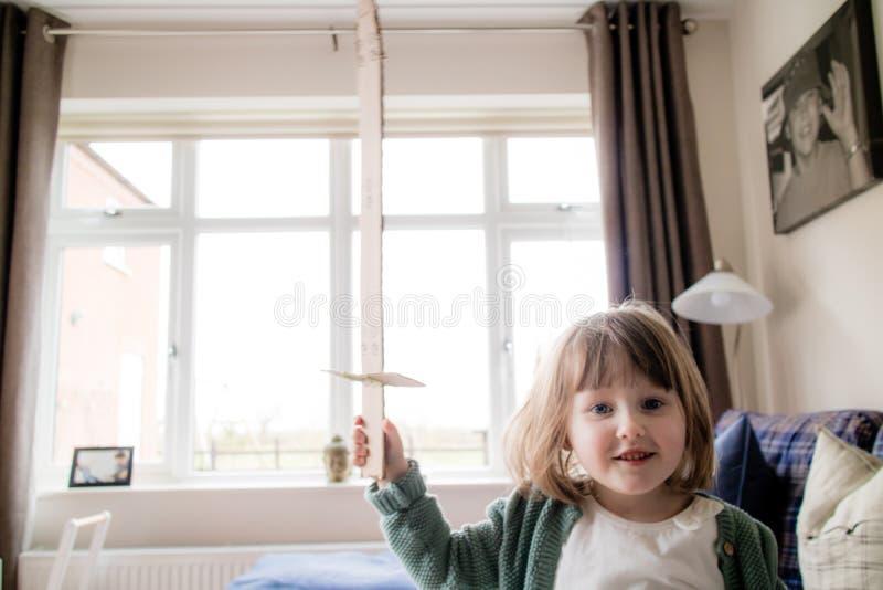 Un piccolo bambino del giovane cavaliere pronto per la battaglia fotografia stock libera da diritti