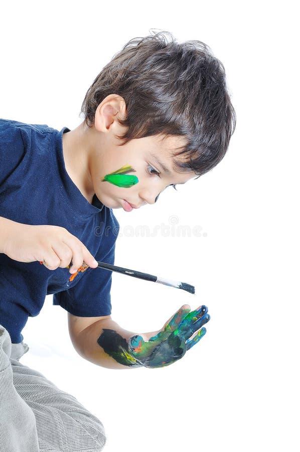 Un piccolo bambino sveglio con i colori fotografia stock libera da diritti