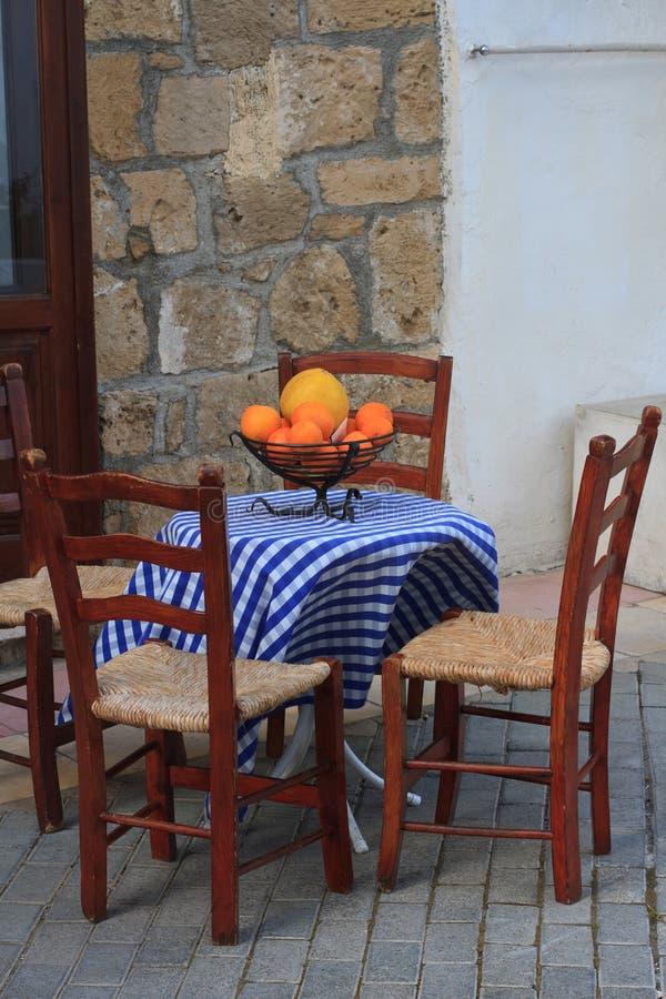 Un piccolo caffè all'aperto e una ciotola di frutta sulla tavola immagini stock