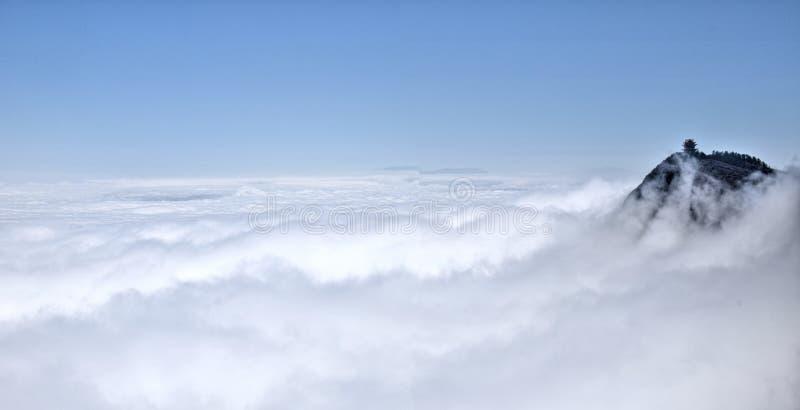 Un piccolo gazebo sulla cima della montagna di Emei immagini stock libere da diritti