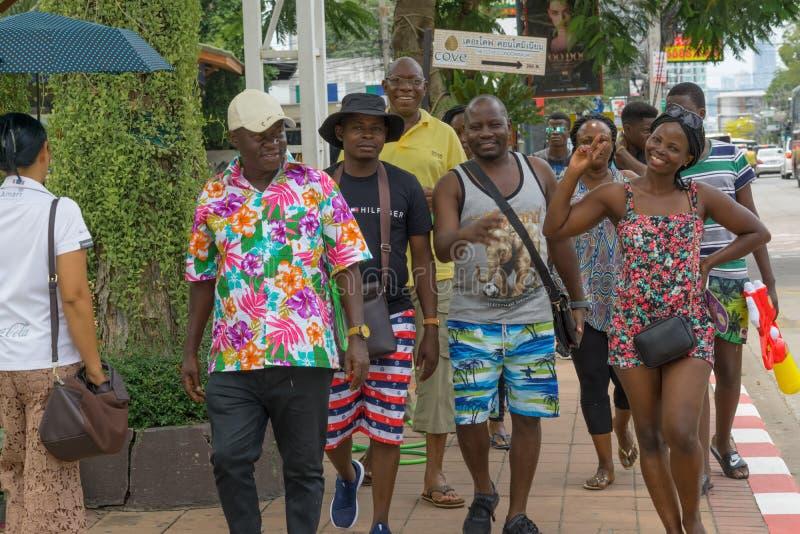 Un piccolo gruppo di turisti africani stava facendo un giro turistico attraverso la città fotografie stock libere da diritti