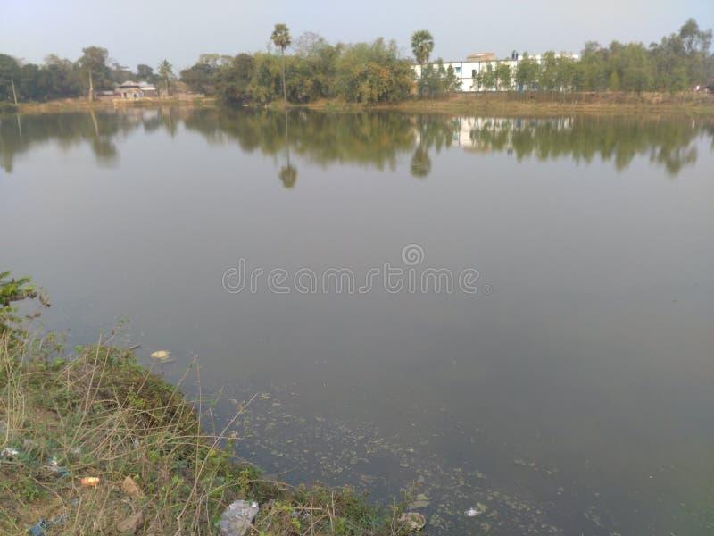 Un piccolo lago della campagna immagine stock
