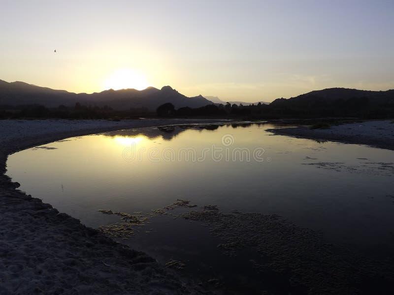 Un piccolo lago vicino al mare fotografie stock