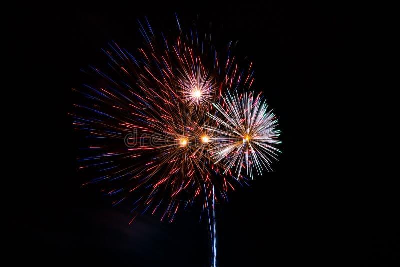 Un piccolo mazzo del fuoco d'artificio riempie il cielo fotografie stock