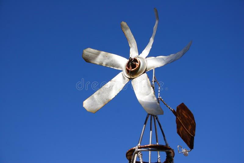 Un piccolo mulino a vento dello stagno fotografie stock libere da diritti
