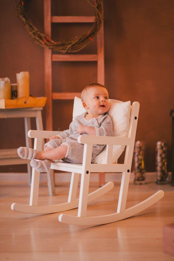 Un piccolo neonato in una stanza accogliente fotografia stock