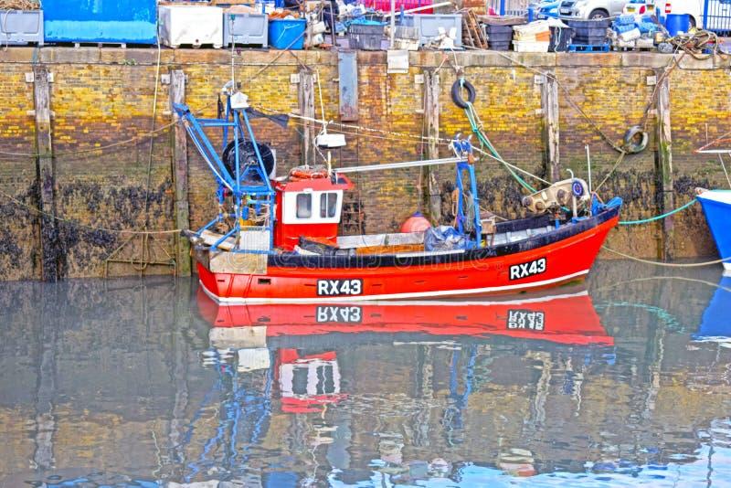 Un piccolo peschereccio rosso attraccato nel porto fotografie stock libere da diritti