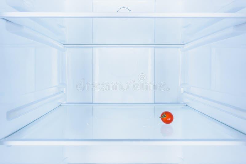 un piccolo pomodoro rosso fotografie stock libere da diritti