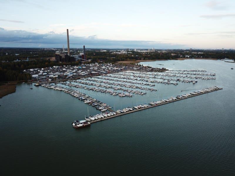 Un piccolo porto sta aspettando l'inverno fotografie stock