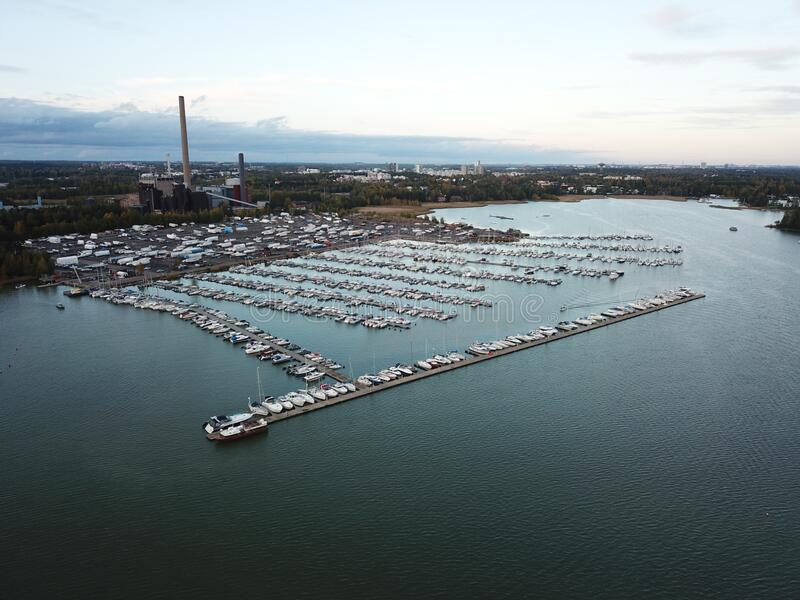 Un piccolo porto sta aspettando l'inverno fotografie stock libere da diritti