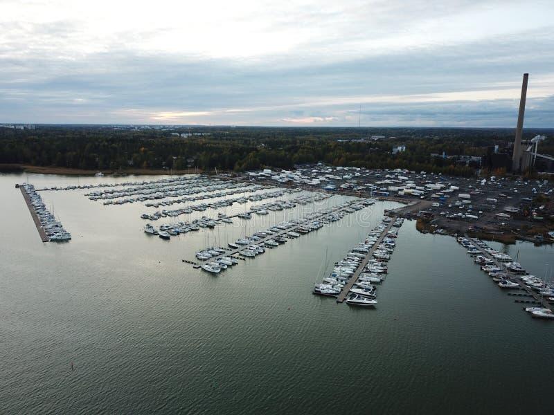 Un piccolo porto sta aspettando l'inverno fotografia stock libera da diritti