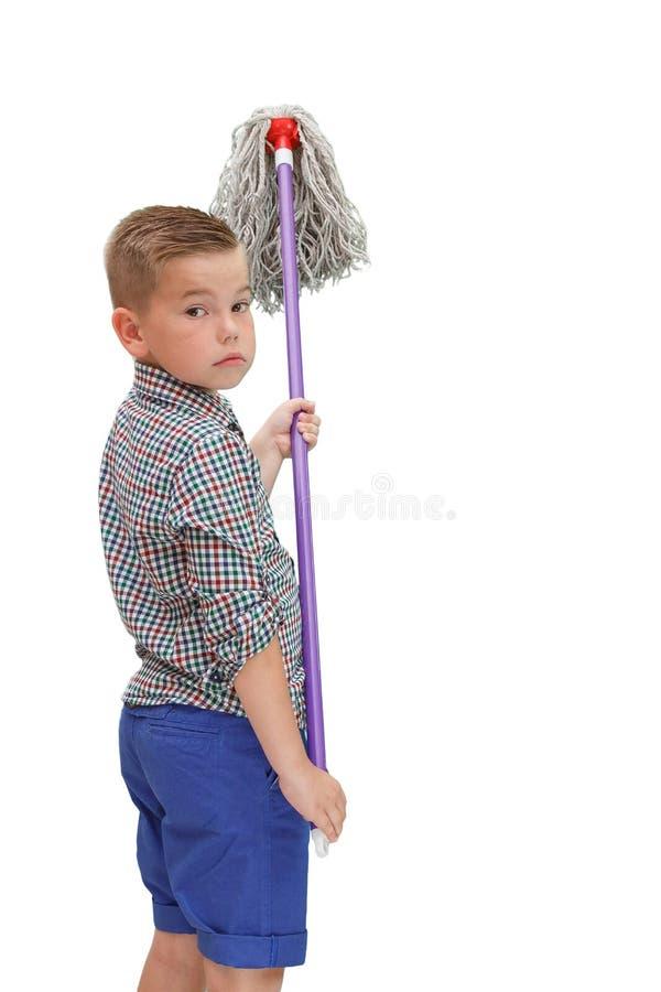 Un piccolo ragazzo calvo in una camicia di plaid sui supporti isolati bianchi di un fondo con una ZAZZERA in sue mani immagini stock libere da diritti