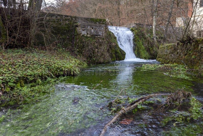 Un piccolo ruscello a Josvafo vicino al parco nazionale Aggteleki immagini stock libere da diritti