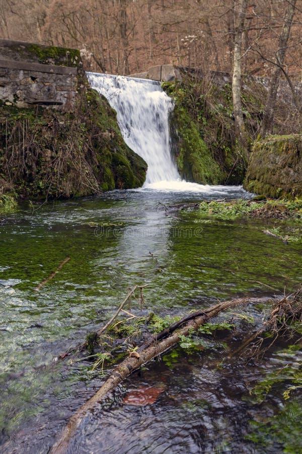 Un piccolo ruscello a Josvafo vicino al parco nazionale Aggteleki fotografia stock libera da diritti