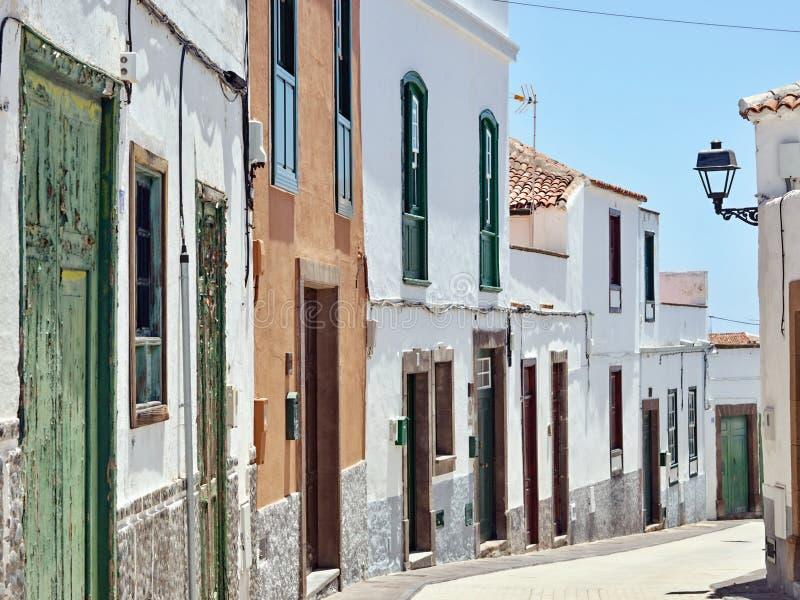 Un piccolo vicolo tipico nella cittadina di Arico Nuevo sull'Isole Canarie di Tenerife fotografia stock libera da diritti
