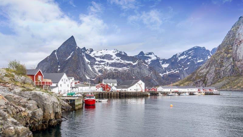 Un piccolo villaggio fushing in Moskenesoya, isola di Lofoten, Norvegia fotografia stock libera da diritti