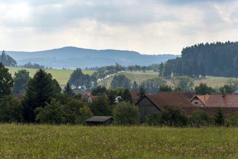 Un piccolo villaggio nella valle in cui le strade attraversano i prati fotografia stock libera da diritti