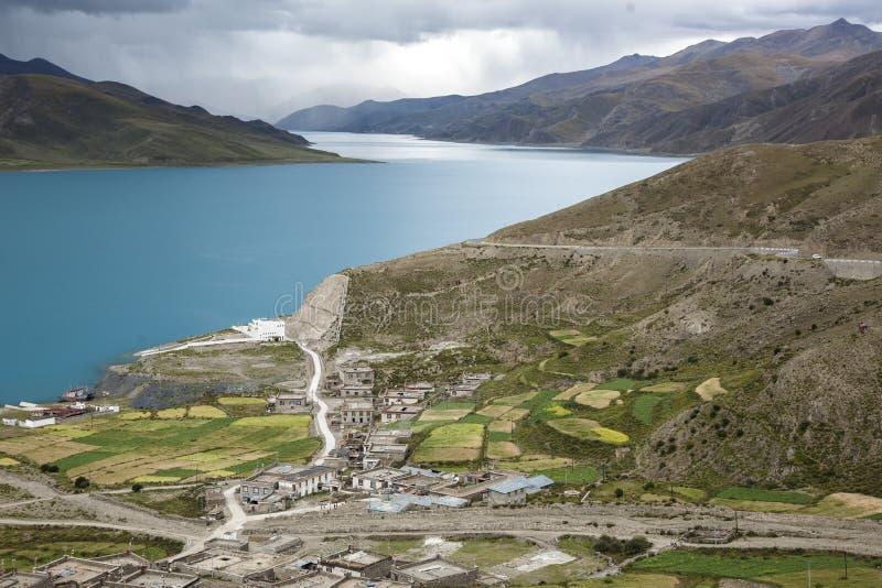 Un piccolo villaggio situato dal lato del lago del lago yang Zhuo Yong immagini stock