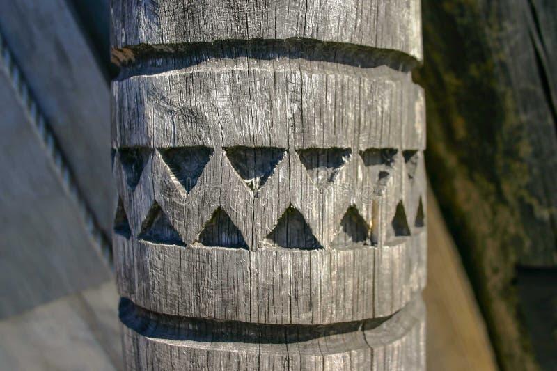 Un pilar de madera antiguo con un modelo tallado imagen de archivo libre de regalías