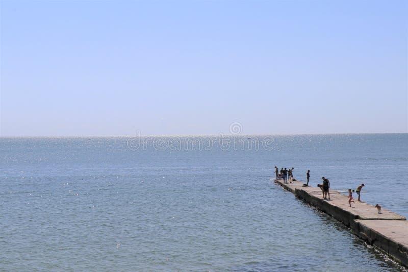 Un pilastro isolato può essere visto sulle acque del Mar Nero immagine stock libera da diritti