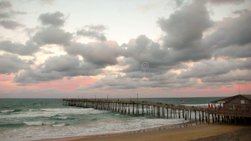 Un pilier et une plage de la Caroline du Nord au coucher du soleil photos libres de droits