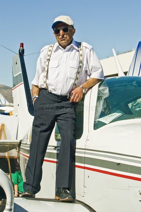 Un pilota anziano sull'ala piana fotografie stock libere da diritti