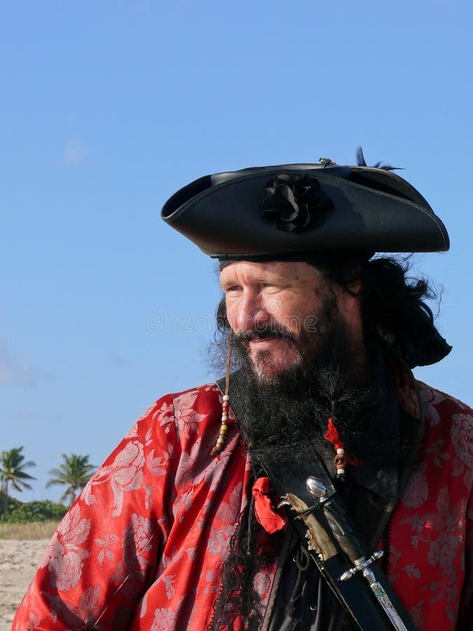 Un pirate barbu noir dans le costume de cru photo libre de droits