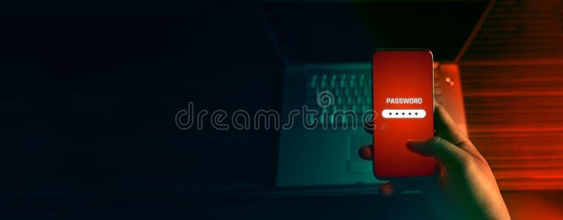 Un pirate informatique anonyme et utilisations un malware avec le téléphone portable d'entailler le mot de passe les données pers photographie stock libre de droits
