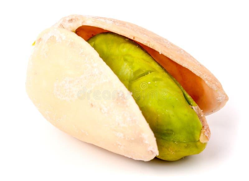 Un pistacho aislado en la macro blanca del primer del fondo foto de archivo
