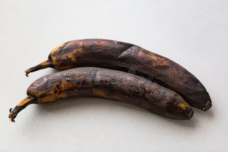 Un plátano putrefacto en un fondo blanco, arte pop foto de archivo