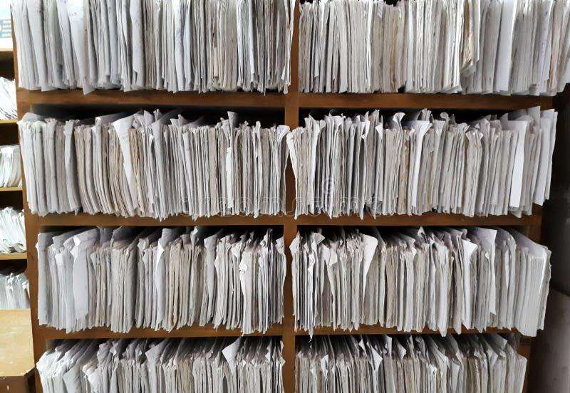 Un placard complètement des fichiers papier images stock