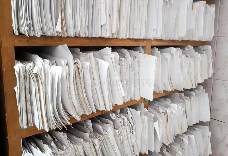 Un placard complètement des fichiers papier photographie stock libre de droits