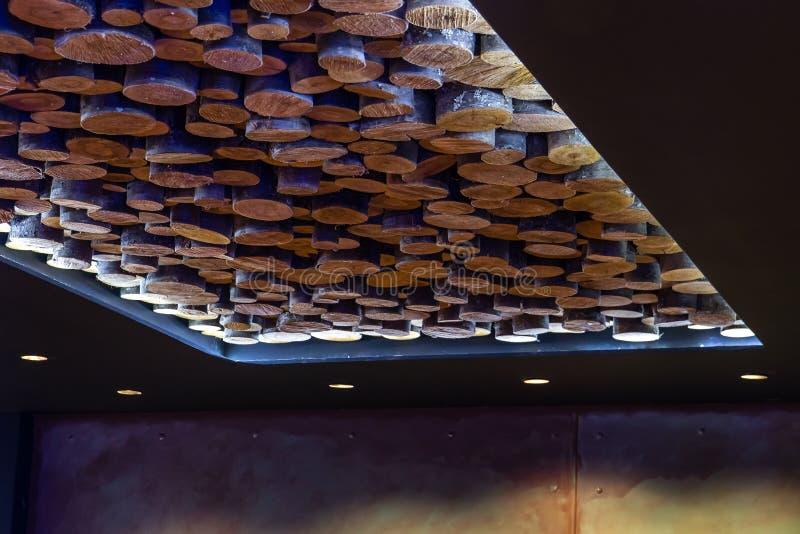 Un plafond moderne très peu commun fait de bois de Cutted photographie stock libre de droits
