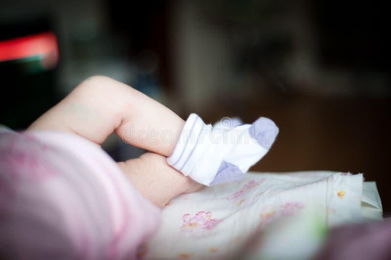 Un plan rapproché aux pieds de bébés photos stock