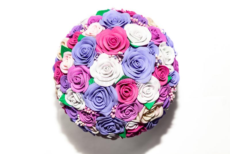 Un plan rapproché d'un bouquet artificiel romantique des fleurs d'un tissu lilas, de rose et blanc sur un fond vide est un cadeau images stock
