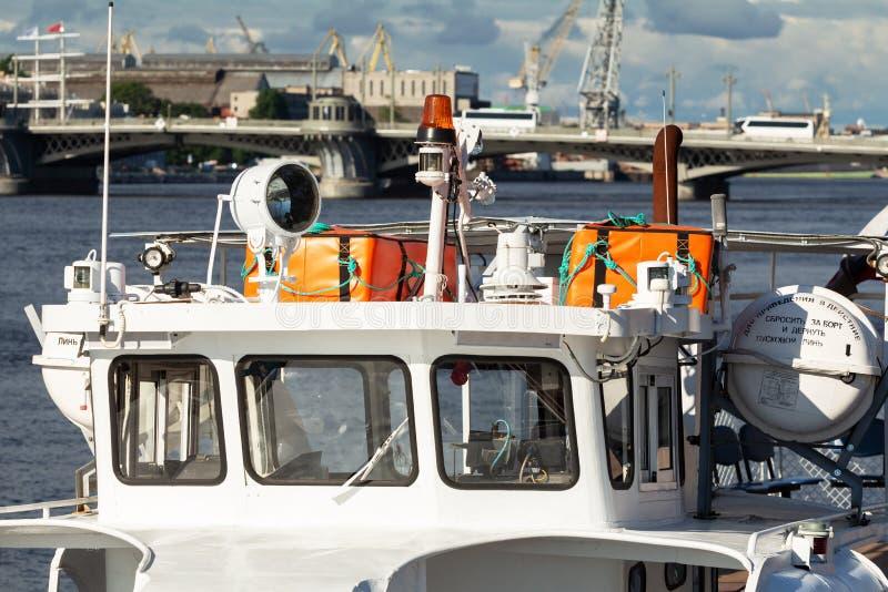 Un plan rapproché d'un extérieur blanc vide de tentbooth équipement de la délivrance et de signalisation du bateau photos stock
