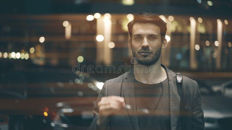 Un plan rapproché d'un jeune homme sur la rue la nuit images stock