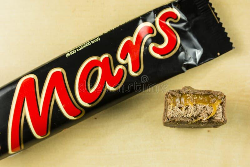 Un plan rapproché d'une barre de chocolat mordue de Mars Vue de ci-avant images stock