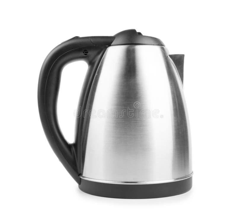 Un plan rapproché d'une bouilloire moderne sur un fond blanc Une bouilloire de noir et en métal Une nouvelle vaisselle de cuisine photographie stock