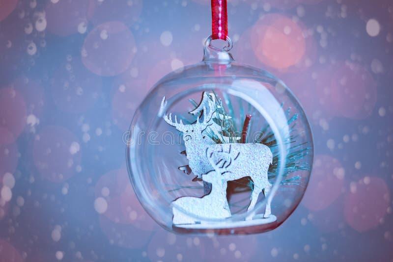 Un plan rapproché ouvré en verre clair de babiole de Noël images stock