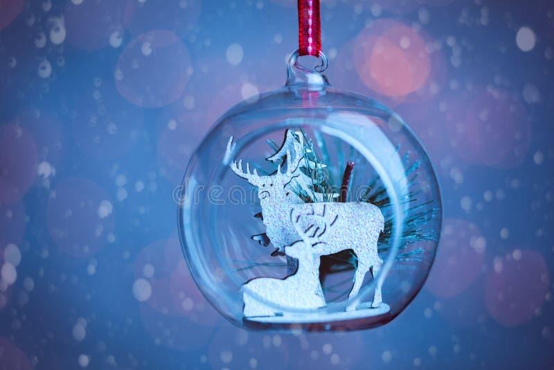 Un plan rapproché ouvré en verre clair de babiole de Noël photo libre de droits