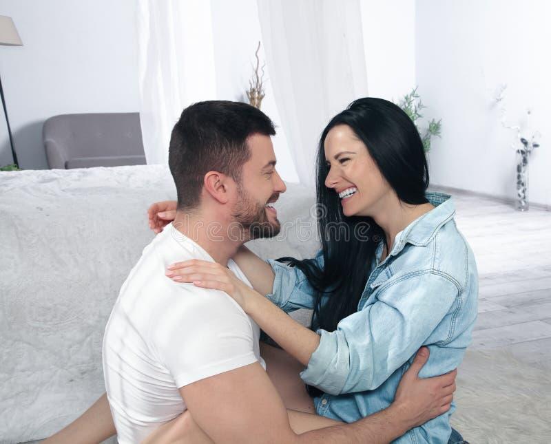 Un plan rapproch? d'un couple heureux ?treignant et embrassant dans la chambre ? coucher ils sont dans l'amour photos stock