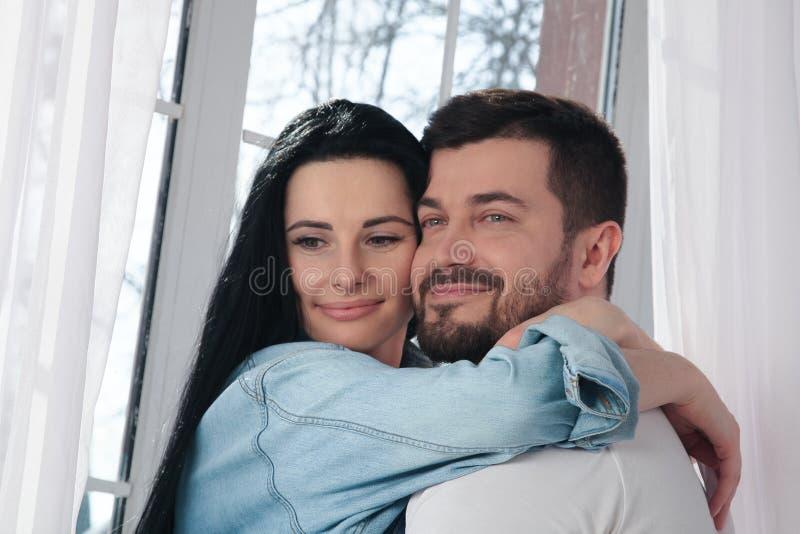 Un plan rapproch? d'un couple heureux ?treignant et embrassant dans la chambre ? coucher images libres de droits