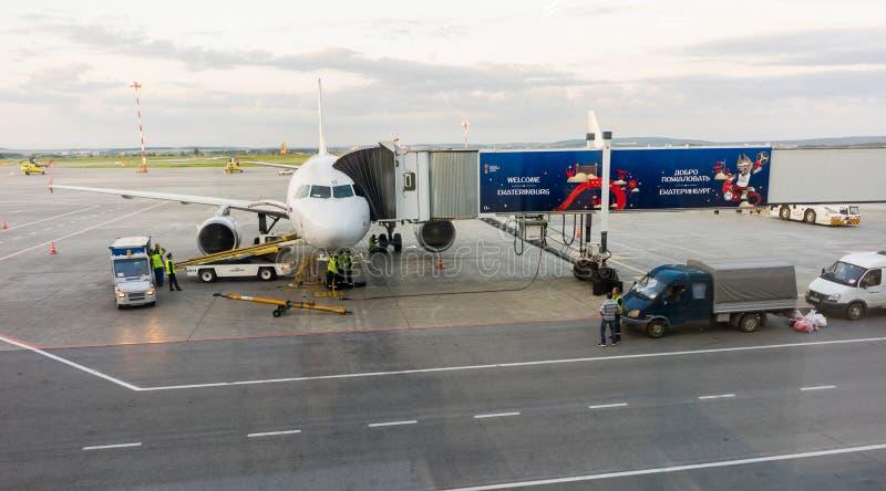 Un plano esperando un vuelo en el aeropuerto Koltsovo, Ekaterimburgo imagen de archivo libre de regalías