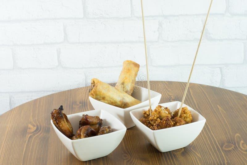 un plat avec des casse-croûte de maïs éclaté et de chicke de poulet de petits pains de ressort photographie stock