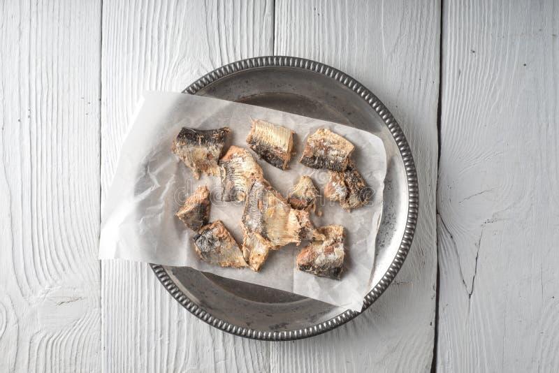 Un plat avec des sardines sur la table en bois photographie stock libre de droits