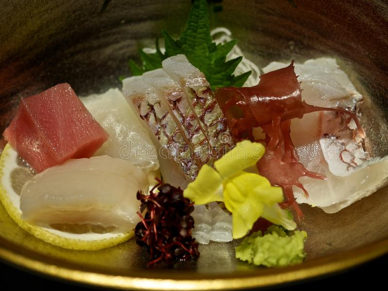 Un plat avec le sashimi et l'algue photo libre de droits